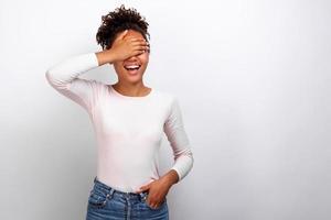 Frau schloss die Augen mit ihrem Arm im Studio stehend - Bild foto