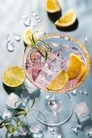bunte Cocktails auf dem Stehtisch im Restaurant. foto