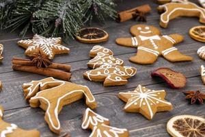 hausgemachte Weihnachtslebkuchenplätzchen auf Holztisch. foto