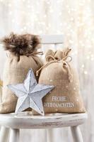 Weihnachtsdekor auf Bokeh-Hintergrund. foto