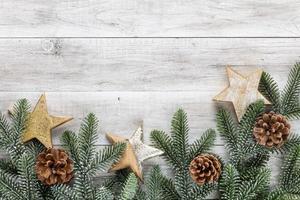 Weihnachten, Neujahr. Tanne auf dem Holztisch foto