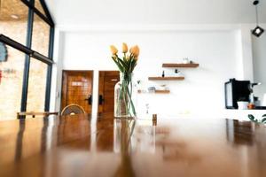 Holztisch und Blumen in einem Café foto