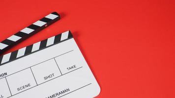Filmklappe oder Filmschiefer auf rotem Hintergrund. Verwendung in der Videoproduktion und Filmindustrie. foto