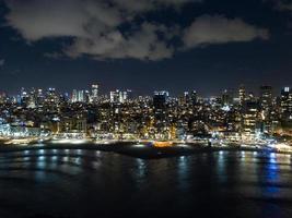 Luftaufnahme von Tel Aviv und Meer bei Nacht, Tel-Aviv, Israel. foto