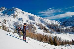 Skibergsteigen zwei Mädchen bergauf in Richtung eines Berges foto