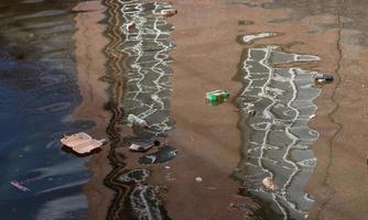 schwimmender Müll auf dem Wasser foto