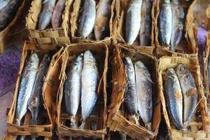 Pindang Fisch in einem Bambusbehälter foto