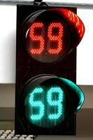 bunte Verkehrswarn- und Leitschilder mit LED-Lichtern foto