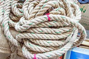 Seil unordentlich mit Hintergrundtextur platziert foto