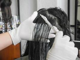 professioneller Friseur Haare färben im Salon foto