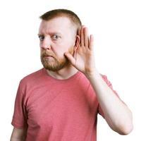 Mann mit Bart hört sich etwas an foto