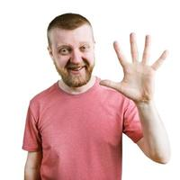 Lustiger Mann in einem T-Shirt zeigt fünf Finger foto