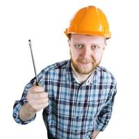 bärtiger Mann im Helm mit Schraubenzieher foto