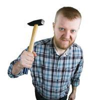 wütender Mann mit einem Hammer foto