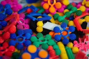 viele bunte Plastikteile des Designers foto