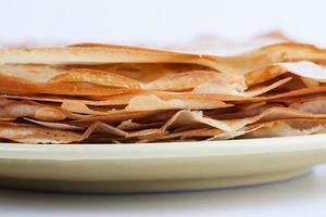 Stapel Pfannkuchen liegt auf einem Teller foto