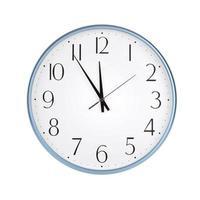 runde Uhr zeigt fünf Minuten vor zwölf foto