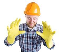 Mann mit Helm und gelben Handschuhen foto