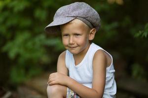 Porträt des süßen blonden Jungen foto