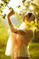 glückliche Frau in einem Sommergarten foto