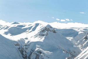 Berge mit Schneeskistraßen und Bäumen foto