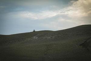 der Biker fährt Motorrad auf den Bergen foto