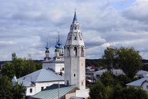 Tempel aus weißem Stein im russischen Dorf. Kirchenkuppeln mit Kreuzen. foto