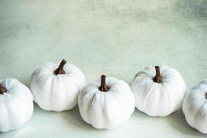 weiße handgemachte Textilkürbisse als Dankeskarte foto