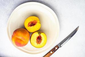 reife Pfirsichfrüchte in der Schüssel foto