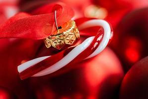 Weihnachtskartenkonzept mit roter Kugel foto