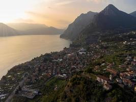 Luftaufnahme einer kleinen Stadt mit Blick auf den See bei Sonnenuntergang foto