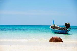 Fischerboote am Strand von Phuket, thailand foto