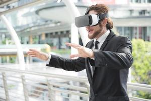 Geschäftsmann, der eine Virtual-Reality-Brille trägt und diese Aktivität genießt, zukünftiges Technologiekonzept, Konzept vorstellen foto
