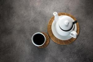Teetasse und Teekanne aus weißem Porzellan foto