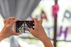 ein Mann fotografiert mit einem Handy in der Hand foto