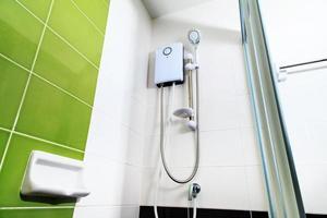 Bad, Wasserkocher in der Dusche foto