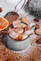 Tasse heiße Schokolade mit weißen Marshmallows foto