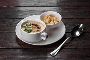 Pilzcremesuppe. hausgemacht mit ganzen und geschnittenen Champignons foto