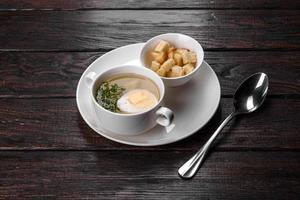 asiatische Nudelsuppe, Ramen mit Hühnerfleisch, Gemüse und Ei in weißer Schüssel foto