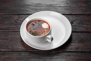 appetitliches Gericht mit russischer Sammelsuppe im Keramiktopf foto