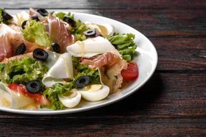 leckerer frischer Salat mit Speck für die festliche Tafel foto