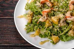 leckerer frischer Salat mit Garnelen und Birne für die festliche Tafel foto