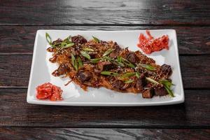 leckeres frisches Udon mit Rindfleisch und Reisnudeln mit Gewürzen und Gemüse foto