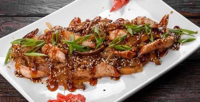 leckeres frisches Udon mit Hühnchen und Reisnudeln mit Gewürzen und Gemüse foto