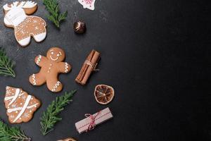 weihnachtlicher festlicher Lebkuchen zu Hause auf einem dunklen Tisch foto