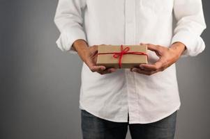 Hand, die Geschenkbox, Geschenkbox des neuen Jahres, Weihnachtsgeschenkbox, Kopienraum hält. Weihnachten, Jahr, Geburtstagskonzept. foto
