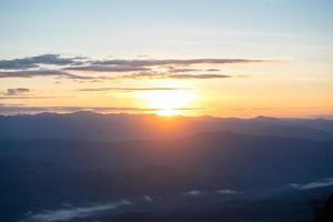 schöner sonnenaufgang auf doi samer-dao im sri-nan-nationalpark, provinz nan, thailand foto