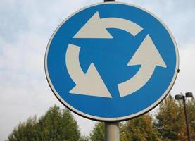 Kreisverkehr Verkehrszeichen foto