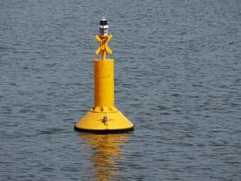 gelbe Boje schwimmt im Meer foto