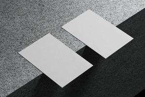 Weiße horizontale Visitenkarten-Papiermodellvorlage mit Leerraumabdeckung zum Einfügen des Firmenlogos oder der persönlichen Identität auf Marmorbodenhintergrund. modernes Konzept. 3D-Darstellung rendern foto